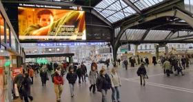 人権のための青年団の公共サービス広告が、スイス、チューリッヒのメイン・ステーションで放映されています。