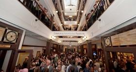オープン直後、何千人ものサイエントロジストと来賓が、この教会の広壮な4階吹き抜けの回廊を見学しました。