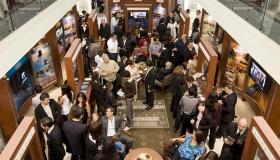 新しい理想のオーガニゼーションのパブリック情報センターでは、多くの人々がサイエントロジー宗教の信条と実践、創設者L. ロン ハバードの生涯、サイエントロジー後援による多くの社会福祉事業や地域貢献活動について知ることができます。