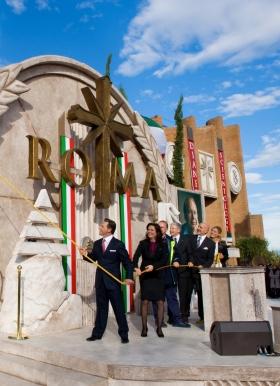デビッド・ミスキャベッジ氏は、教会の総代表や来賓とともに新しいサイエントロジー教会ローマのリボンカットを行い、イタリアにおける30年に及ぶサイエントロジーの歴史上、最大の拡張を祝いました。