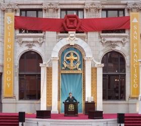 ミスキャベッジ氏は、修復されたトランスアメリカ社ビルを披露しました。このビルはサンフランシスコ商業地区の中心部に位置する街の名物でしたが、市民の精神的な営みに奉仕する教会施設として、新たな時代を迎えたのです。